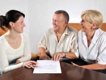 Junge Frau älteres Paar erfolreicher Vertragsabschluss