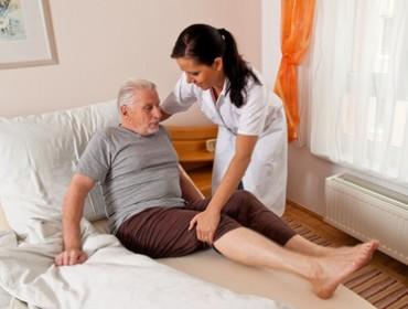 eine Pflegerin bei Altenpflege von Senioren im Altenheim